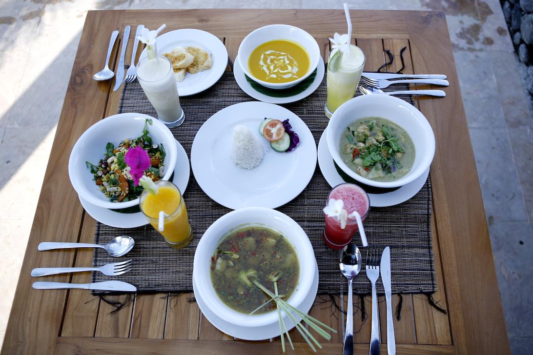 Rinjani-lodge-restaurant-table-setting & Rinjani-lodge-restaurant-table-setting - Rinjani Lodge Senaru